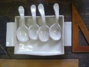 陶器のトレーとスプーン